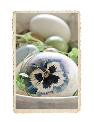 Handgjort ägg med pensé motiv